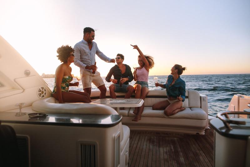 Gente disfrutando de un paseo en barco